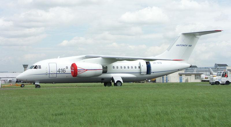 Antonov 148 tracté vers le parking lors du Bourget 2007