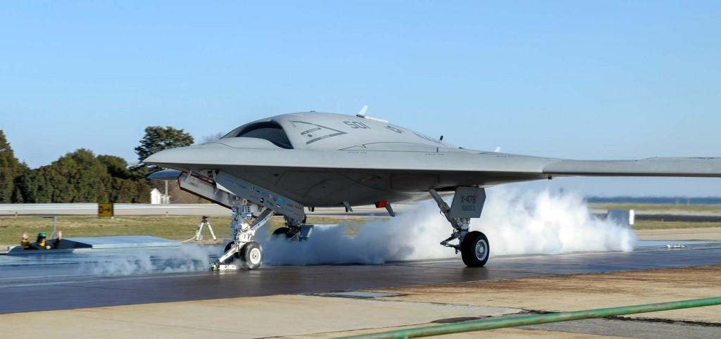 Le X47b américain est un bon exemple de ce que pourrait être un drone de combat demain (UCAV). Le démonstrateur a réussi, par exemple, récemment à apponter sur porte avion.