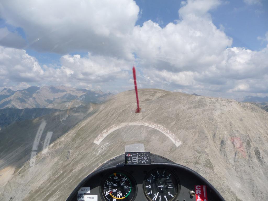 """Le vol en planeur est très différent du vol moteur. Le pilote """"joue"""" avec les nuages, les ascendances générées par le relief, etc... Cela l'amène des fois à flirter avec le relief ou avec les bases des nuages, pratique """"limite"""" au regards des règles de l'air."""